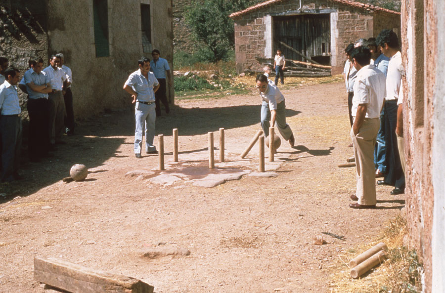 BU_Tinieblas_Juego-de-Bolos_1981_foto-Benito-Arnáiz_001